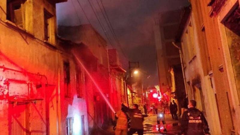 Isınmak için yaktığı ateş yangına neden oldu