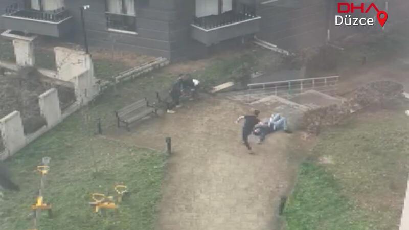 Site bahçesinde gürültü yapan gençleri kalasla dövdüler!