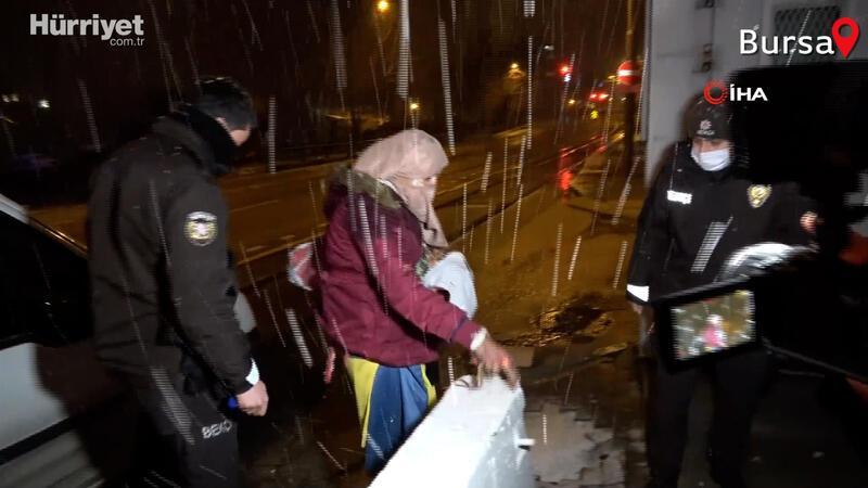 Sokakta donmak üzere olan evsiz kadını polis kurtardı