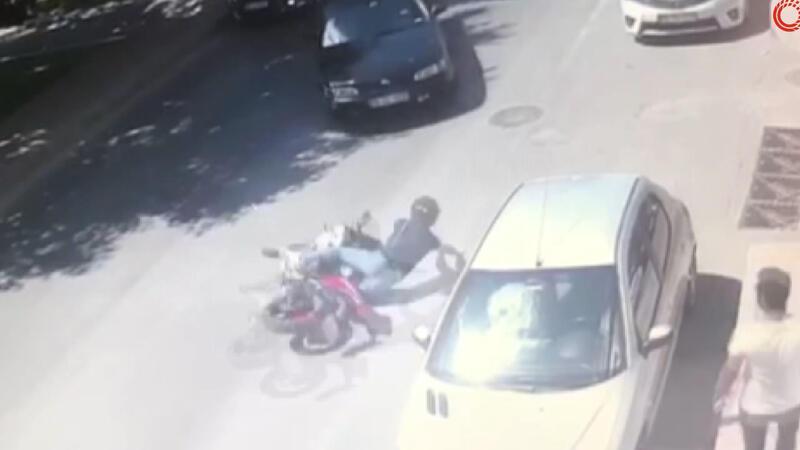Beyoğlu'nda motosikletlinin metrelerce sürüklendiği kaza kamerada