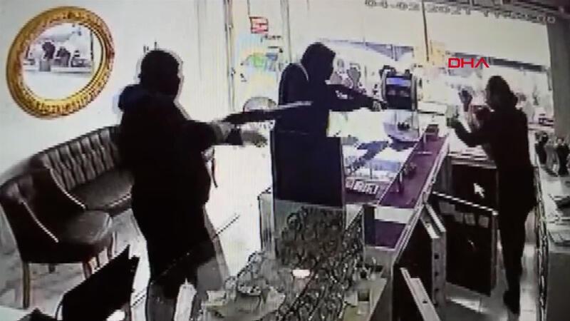 Pompalı tüfekli kuyumcu soygunu! Korku dolu anlar kamerada