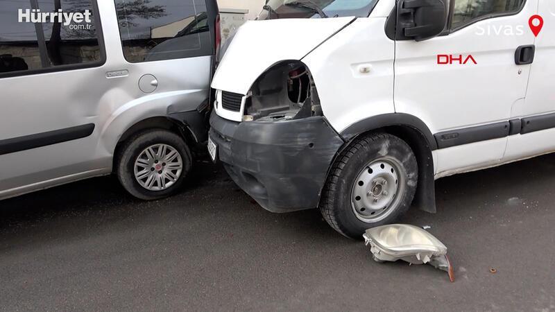 El freni çekilmeyen minibüs, hareketlenip 2 araç ile trafik levhasına çarptı