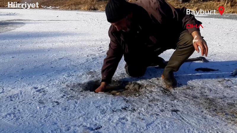 Buz tutan Çoruh Nehri'nde 'Eskimo' usulü balık avlıyorlar