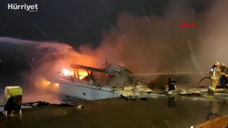 Bebek Sahili'nde demirli 2 tekne alev alev yanıyor