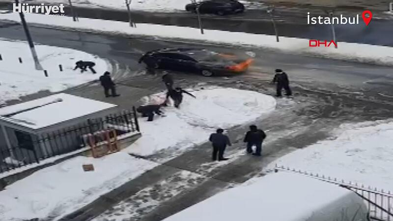 Ümraniye'de yanan otomobili kartopu atarak söndürmeye çalıştılar