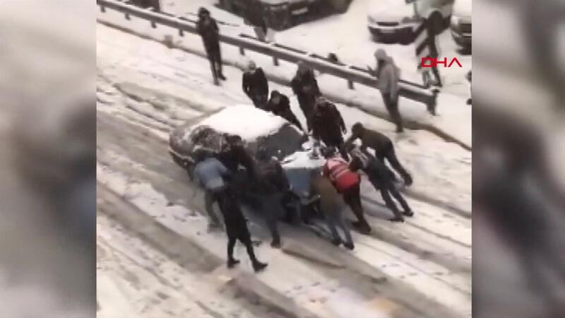 11 kişi kayan otomobili böyle durdurmaya çalıştı