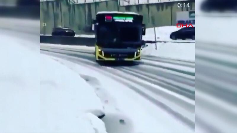 Virajda kayan otobüs, araçlara çarpmaktan son anda kurtuldu