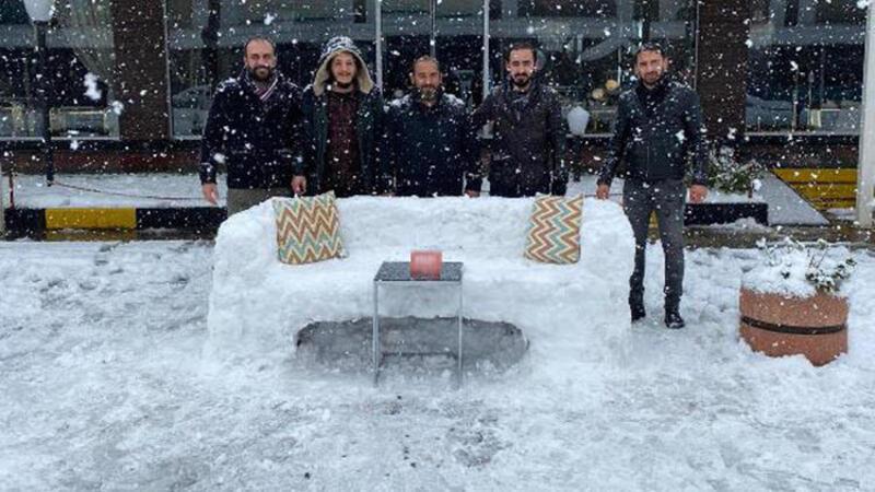Kocaeli'de mobilya mağazası çalışanları kardan koltuk yaptı