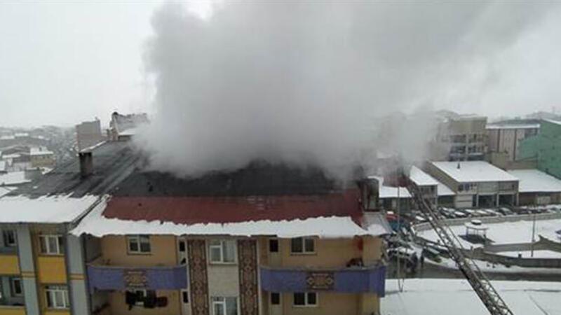 Binanın çatısında çıkan yangın hasara neden oldu