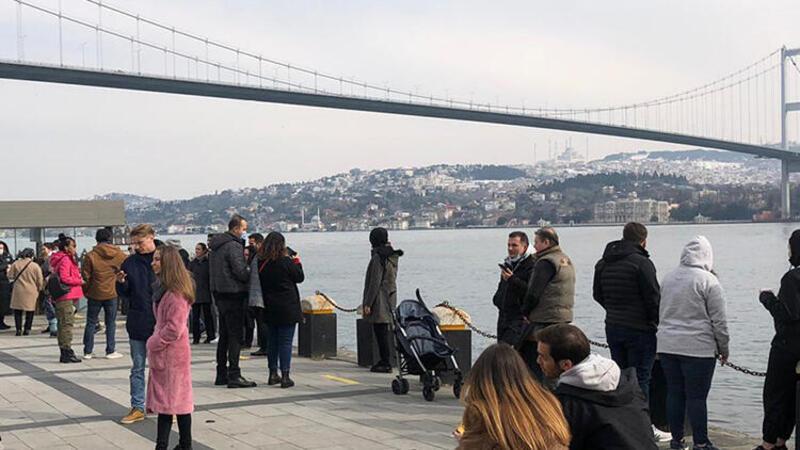 Kısıtlama gününde Ortaköy Sahili'nde dikkat çeken kalabalık
