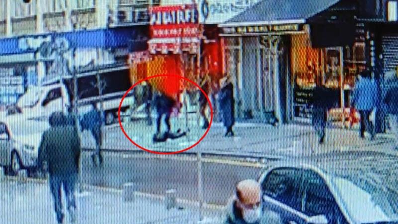 Kaldırımda yürürken üzerine adam düştü