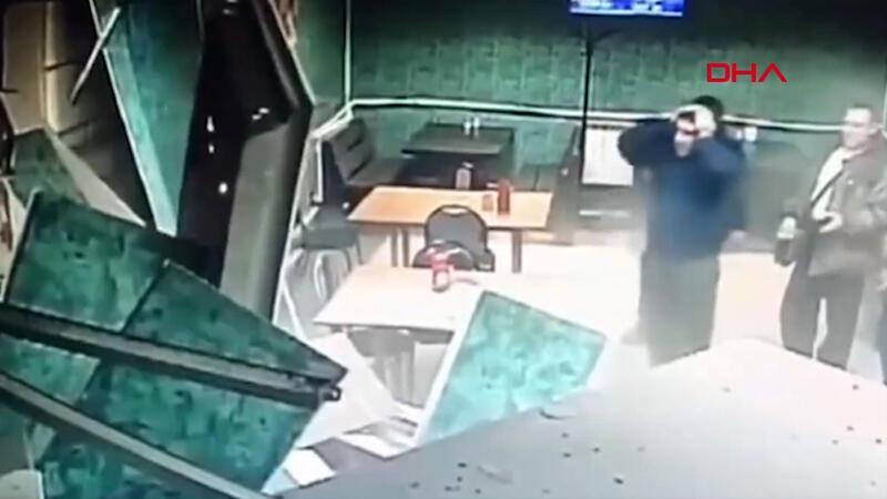 El frenini çekmeyi unuttuğu kamyon kafeye girdi! O anlar kamerada