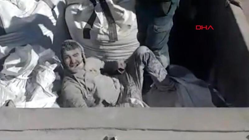 Görüntüler İspanya'dan... Uçucu kül çuvalının içinden mülteci çıktı