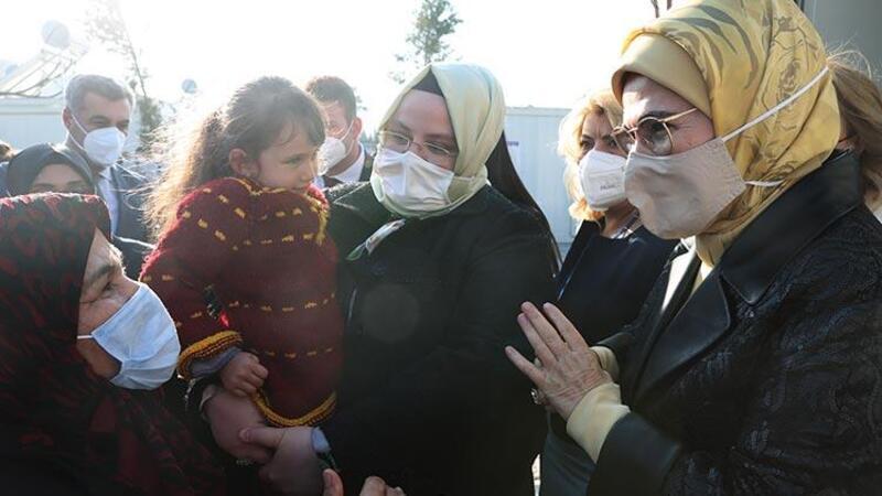 Cumhurbaşkanı Erdoğan'ın eşi Emine Erdoğan, depremzedeleri ziyaret etti
