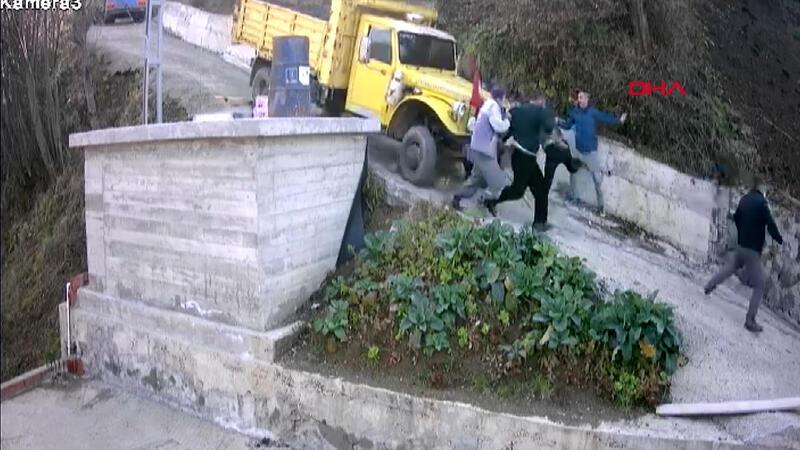 Kayan kamyonun altında kalmaktan saniyelerle böyle kurtuldular