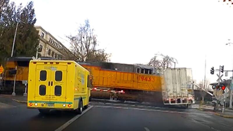 ABD'de tren hemzemin geçitteki TIR´a böyle çarptı