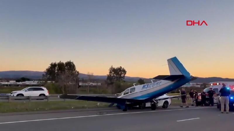 Arıza nedeniyle otoyola iniş yapan uçak, seyir halindeki otomobile çarptı