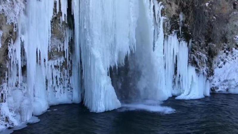 Bayburt'ta dondurucu soğuklarda nehir ve şelaleler buz tuttu