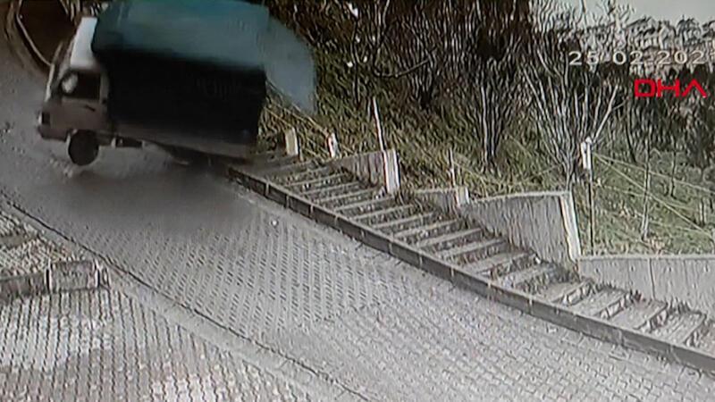 Kağıthane'de yokuştan kayan kamyonet böyle devrildi