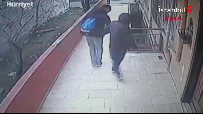 Avcılar'da güvenlik kamerasını gören hırsızlar geri geri yürüyerek binaya böyle girdi