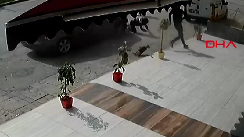 Kontrolden çıkan otomobil yayalara çarptı!