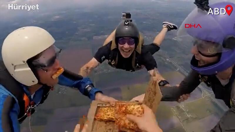 Paraşütçülerden 4 bin 267 metre yükseklikte pizza keyfi kamerada