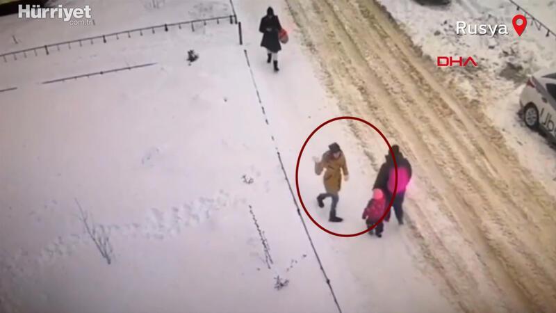Rusya'da bir kişinin sokakta insanlara saldırdığı anlar kameralara yansıdı