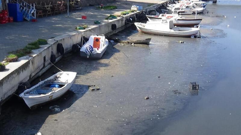 Çanakkale Sarıçay'da sular çekildi tekneler karaya oturdu