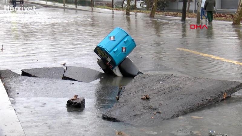Bağcılar'da su borusu patladı yol göle döndü