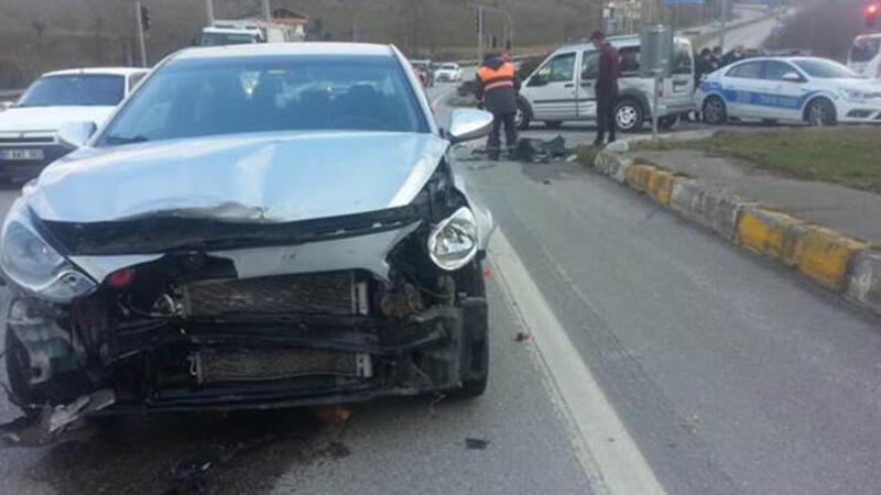 Hafif ticari araçla otomobil çarpıştı: Yaralılar var