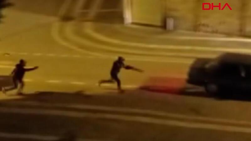 Sokak ortasında silahlı kavga kamerada