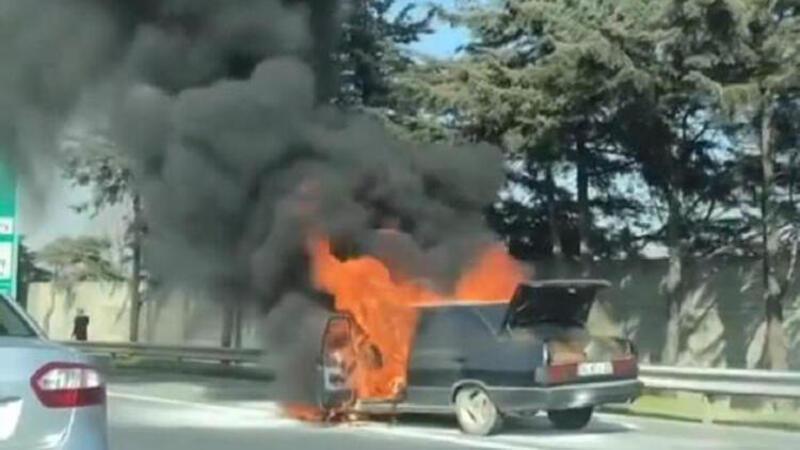 İstanbul TEM'de otomobil yangını; yol çift yönlü kapatıldı