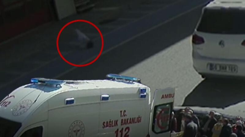 Pencereden düşen çocuk yaralandı, düşme anı güvenlik kamerasına yansıdı
