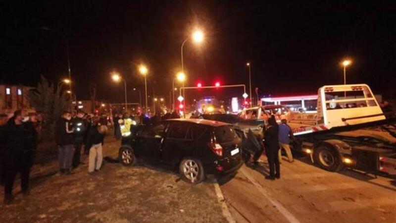 Dinar'da 3 aracın karıştığı zincirleme kaza