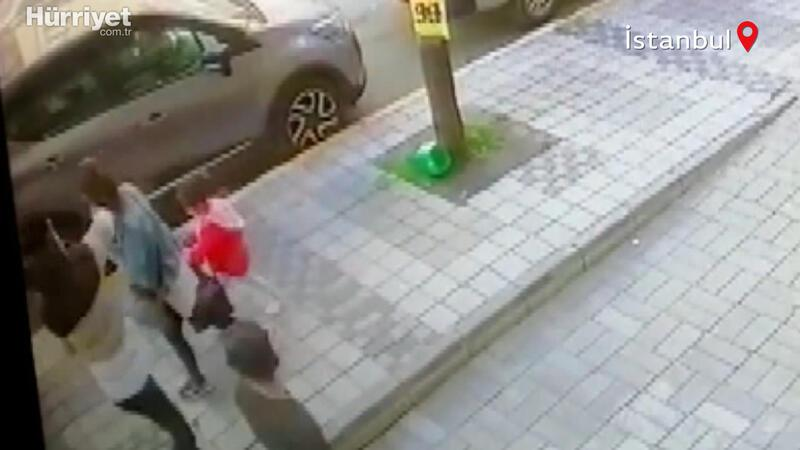 Esenyurt'ta çocuğuyla sokakta yürüyen kadınının telefonu, konuştuğu sırada çalındı