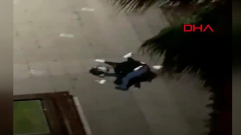 Eski eşini, kızının gözü önünde sokak ortasında dövdü