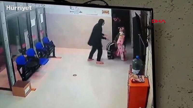 Anne ve babanın çaresiz anları! Sonunda doktorun ayaklarına kapandı...