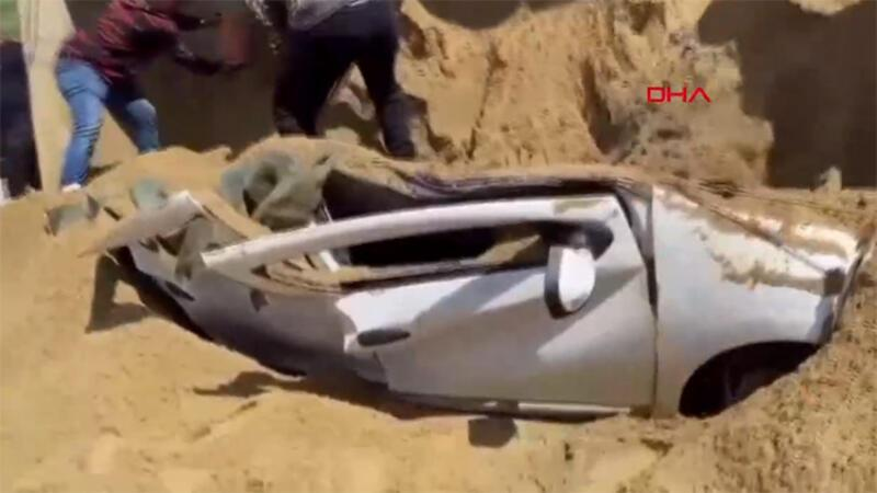 TEM'de kum yüklü TIR, otomobilin üstüne devrildi