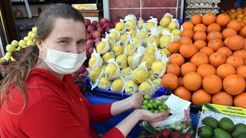 Tezgahlarda kilosu 100 liradan satılan erik, 1 saatte tükendi