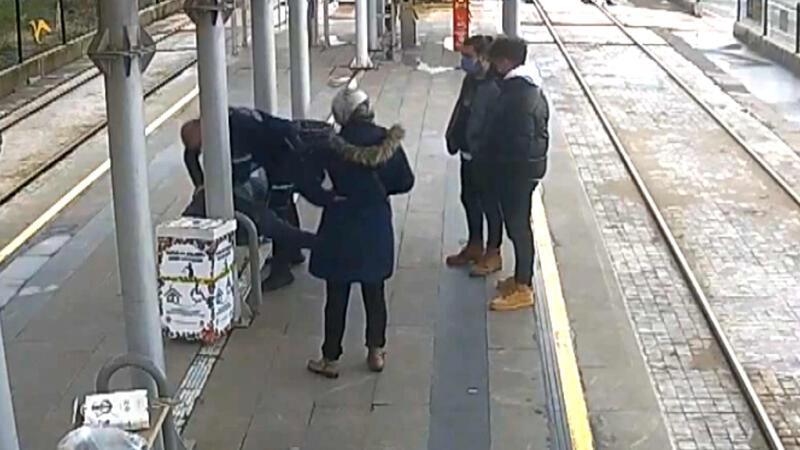 Güvenlik görevlisi, rahatsızlanan yolcuyu kalp mesajı ile hayata döndürdü