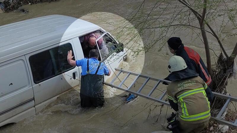 Dereye düşen sürücüyü böyle kurtardılar