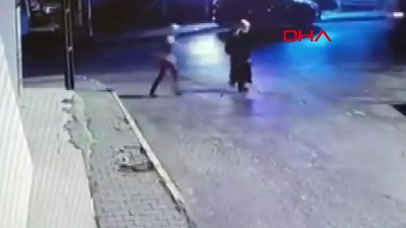 Yolda yürüyen kadına kapkaç şoku