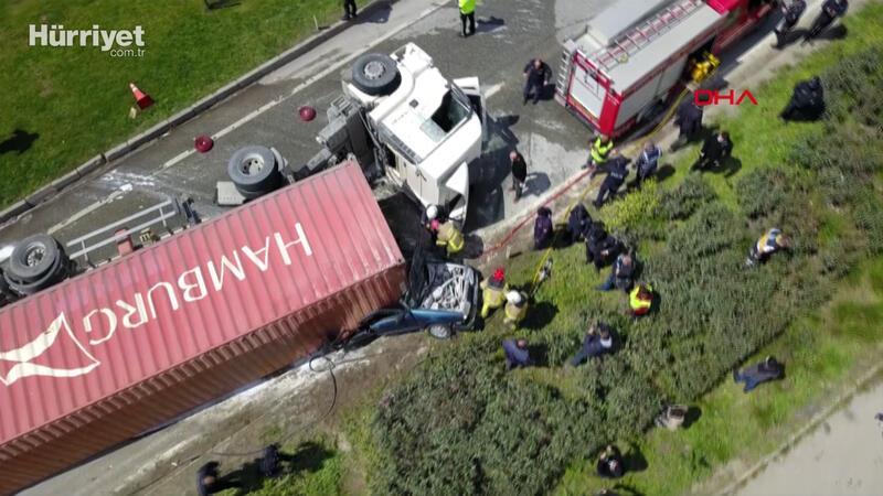 Bursa'da TIR'ın üzerine devrildiği otomobil yandı; 1 ölü, 2 yaralı