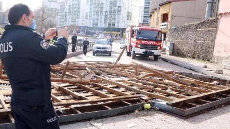 Erzurum'da şiddetli fırtına, evlerin evin çatısını uçurdu
