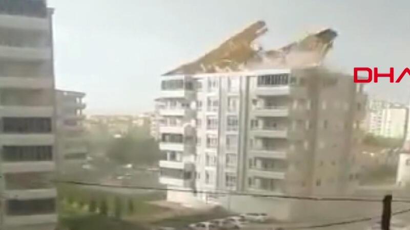 Gaziantep'te fırtınanın çatıyı uçurduğu anlar kamerada