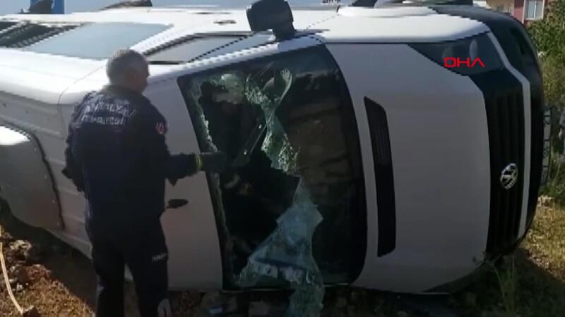 Servis minibüsüyle otomobil çarpıştı! Ölü ve yaralılar var