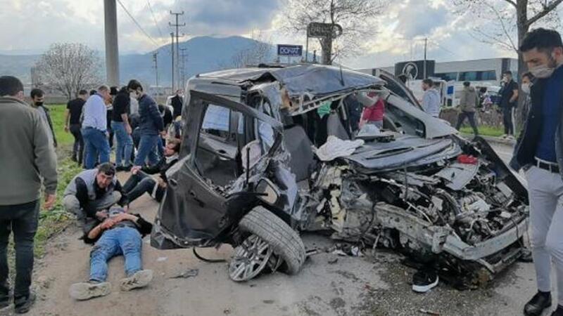 Bursa'da hafif ticari araç beton direğe çarptı! O anlar kameraya yansıdı