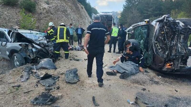 Kamyonet ile otomobilin çarpıştığı kazada 3 kişi hayatını kaybetti