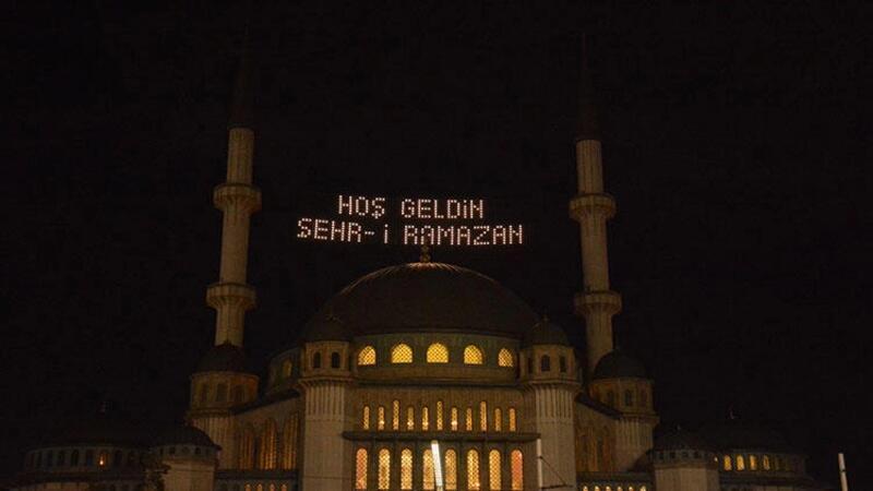 Taksim'de yapımı devam eden camide Ramazan mahyası yakıldı