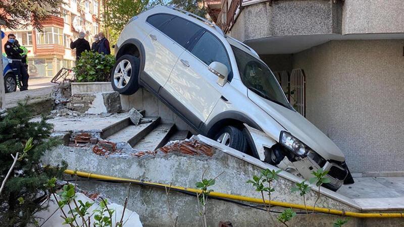 Bakırköy'de cip 5 katlı binanın bahçesine uçtu! İşte o anlar...